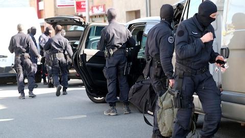 Des agents du GIGN transportent du matériel.