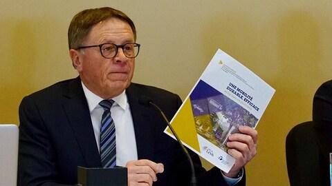 Le maire Gilles Lehouillier brandit son plan de transport en commun pour Lévis.