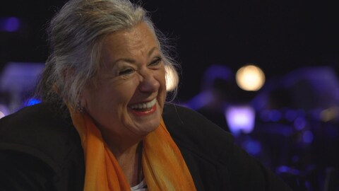 La chanteuse Ginette Reno souriant, en entrevue.