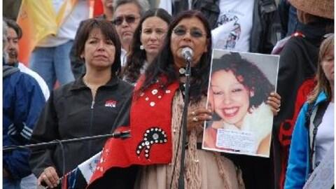 Gladys Radek tient une photo de sa nièce Tamara Chipman lors d'un rassemblement