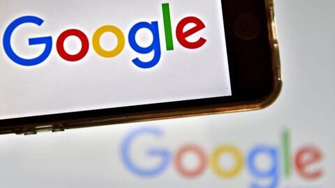 Le logo de Google apparaît sur un téléphone intelligent.