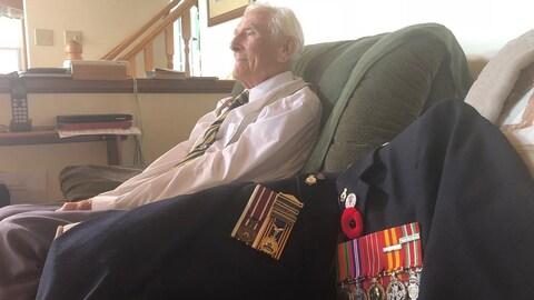 Gordon Smith et un veston arborant ses médailles de guerre.
