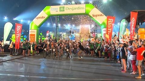 Les cyclistes participant au Grand Défi Pierre Lavoie lors de leur arrivée au stade olympique de Montréal.