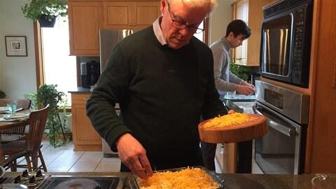 Greg Selinger prépare du macaroni au fromage gratiné