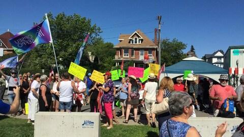 Des manifestants sur un trottoir.