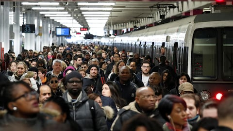 Des dizaines de passagers bloqués sur la plateforme d'une gare ferroviaire à Paris.