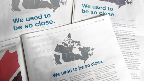 La même publicité a été publiée dans trois journaux. Elle montre une carte du Canada où la Colombie-Britannique est séparée du reste du pays avec le titre: We used to be so close ou Nous étions si proches.