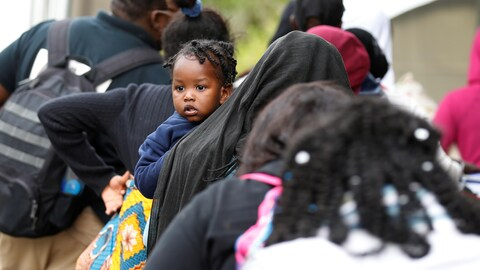 Des demandeurs d'asile haïtiens à la frontière canado-américaine.