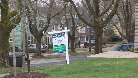 Deux maisons à vendre le long d'une rue à Halifax