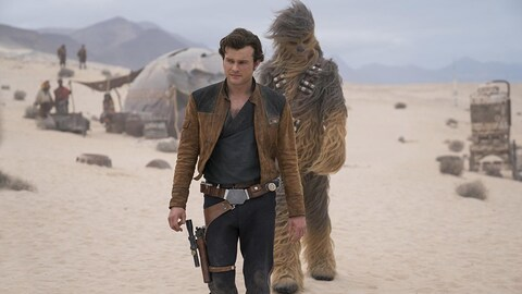 Alden Ehrenreich, interprète de Han Solo, marche avec Chewbacca derrière lui, dans une scène du film «Solo : Une histoire de Star Wars».