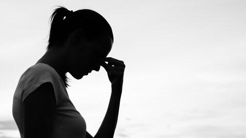 Silhouette d'une jeune femme triste