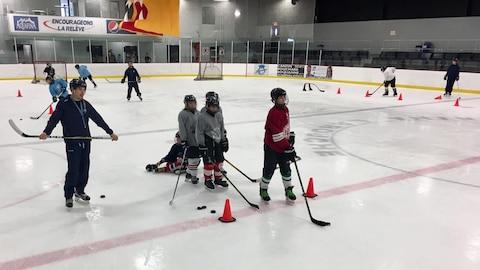 Des jeunes hockeyeurs en entraînement sur la glace.