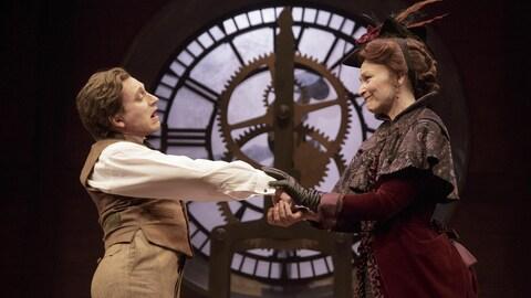 Alain McGinnis et Sylvie Drapeau se tiennent les mains avec tendresse dans la pièce « L'homme éléphant ».