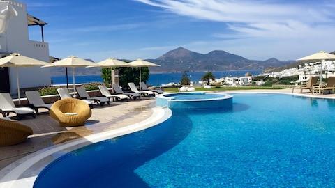 Terrasse avec piscine et vue sur la mer