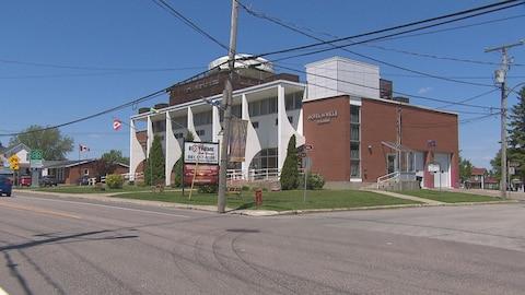 Il s'agit d'un bâtiment en briques rouges. Il est situé sur un coin de rue.