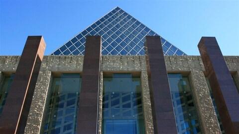 Extérieur de l'hôtel de ville d'Edmonton. Edmonton et Calgary se joignent aux grandes villes canadiennes qui sont gérées par des chartes, comme Vancouver, Toronto et Montréal.