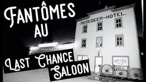 Vue de nuit de la façade d'un hôtel de type saloon avec le titre : Fantômes au Last Chance Saloon.