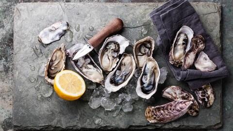 Des huîtres sur un plateau de service avec du citron