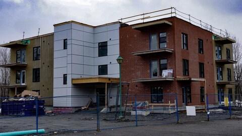 Un immeuble d'appartements en construction.