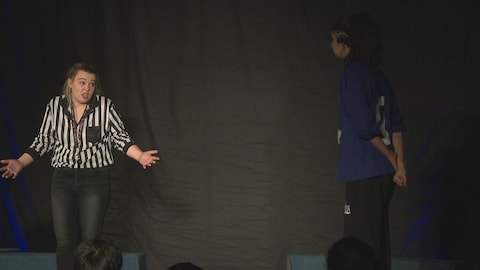 Une arbitre parle avec une joueuse d'improvisation.