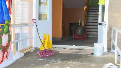 Des équipes spécialisées nettoieront l'école vendredi.