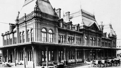 La première gare Bonaventure avec des calèches tirées par des chevaux.