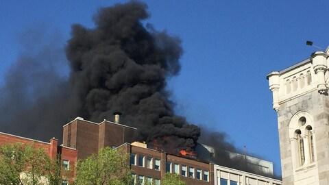 L'immeuble qui abrite les bureaux du quotidien Le Devoir, à Montréal, est en feu