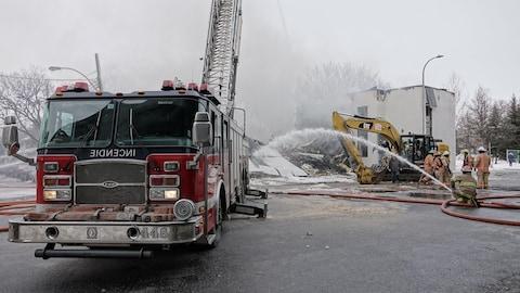 Des pompiers combattent un incendie sur le boulevard Crémazie à Montréal.