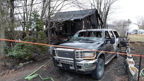 Une maison et un véhicule ravagés par les flammes