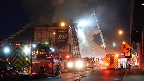 Un bâtiment vacant en flammes