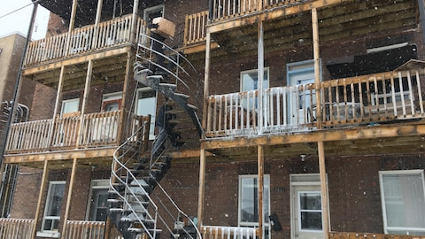 Un locataire récupère des effets personnels au lendemain de l'incendie qui a abîmé l'immeuble où il habite sur l'avenue Defond à Shawinigan.