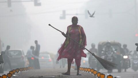 Une balayeuse de rue affronte chaque jour l'intense pollution d ela capitale indienne.