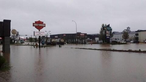 Les rues de Fort McMurray sont transformées en lac.