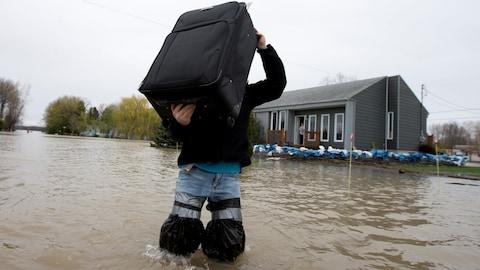 Des sinistrés des inondations printanières de 2017 habitant à Rigaud vivent toujours dans leurs valises dans une petite chambre d'hôtel, presque un an plus tard.