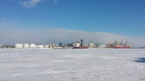 Deux navires accostés au port de Québec
