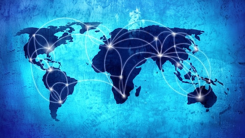 Une carte du monde sur laquelle sont tracées des lignes courbes représentant un réseau de connexions.