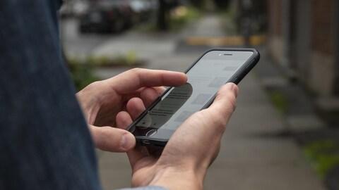 Une personne consulte son téléphone intelligent.