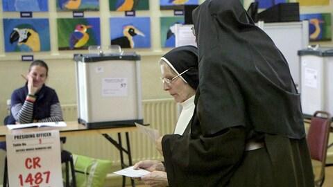 Des soeurs votent lors du référendum sur l'avenir du 8e amendement de la Constitution concernant l'avortement.