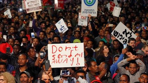 Sur une des affiches brandies par les manifestants, on peut lire : « Ne me renvoyez-pas! »