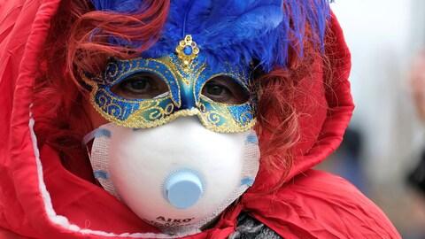 Un individu porte un masque bleu sur les yeux et on voit très bien son masque de protection.