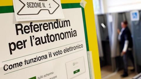 Une affiche en italien donne des consignes sur le vote électronique dans le cadre des référendums portant sur l'obtention de plus d'autonomie en Lombardie et Vénétie.