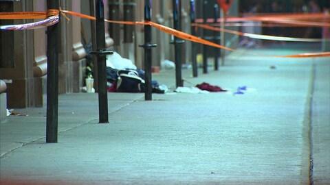 Une scène de crime délimitée par le Service de police de la Ville de Montréal.