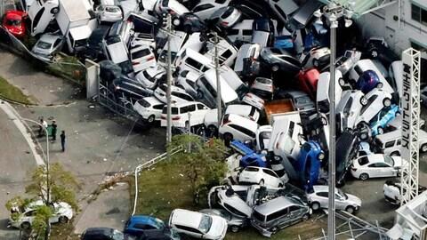 Un amas de centaines de voitures balayé par le typhon,