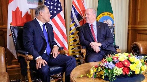 Le gouverneur de l'État de Washington, Jay Inslee, assis à gauche de John Horgan, le premier ministre de la Colombie-Britannique.