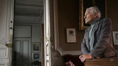 Un septuagénaire prend la pose dans un luxueux château français.