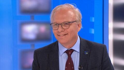Jean-François Lisée affiche un sourire sur le plateau de l'émission 24/60.