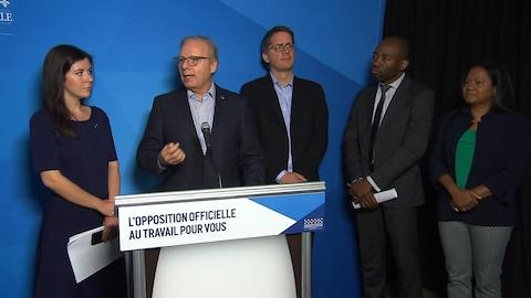 Le chef du Parti québécois Jean-François Lisée entouré des députés Catherine Fournier et Sylvain Gaudreault, ainsi que de deux candidats du PQ.