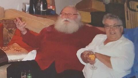Jeannot Chapdelaine et Simonne Jourdain, assis sur un sofa lors de ce qui semble une fête. Le couple a été assassiné dans sa résidence de Sainte-Catherine.