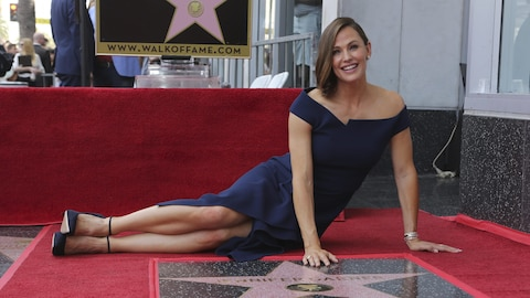 Jennifer Garner posant près de son étoile sur le Hollywood Walk of Fame.