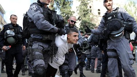Des policiers israéliens détiennent un Palestinien après des heurts dans la Vieille ville de Jérusalem.
